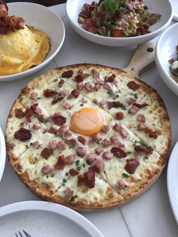 Gli alimenti degli spaghetti serviscono l'uovo italiano bianco di cabonara della pizza del pranzo fotografie stock