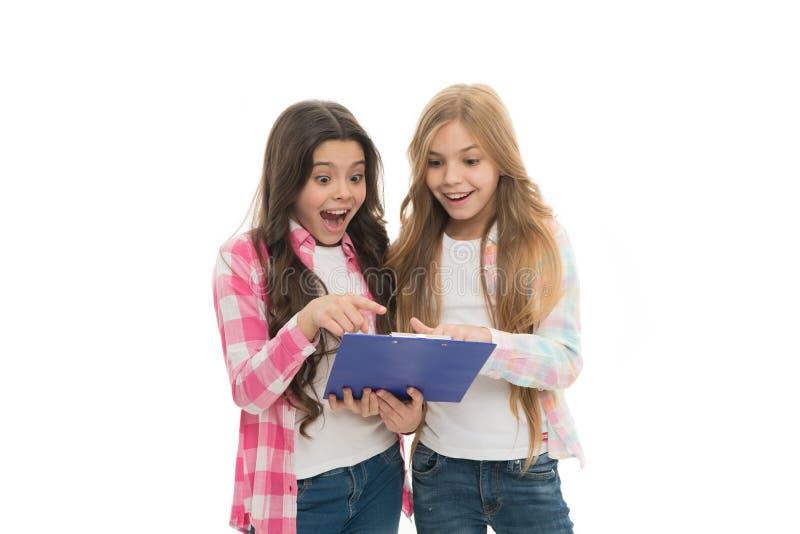 Gli allievi svegli delle ragazze hanno convinto i risultati per verificare i buoni voti Abbiamo passato l'esame Ragazze con il fo immagini stock libere da diritti