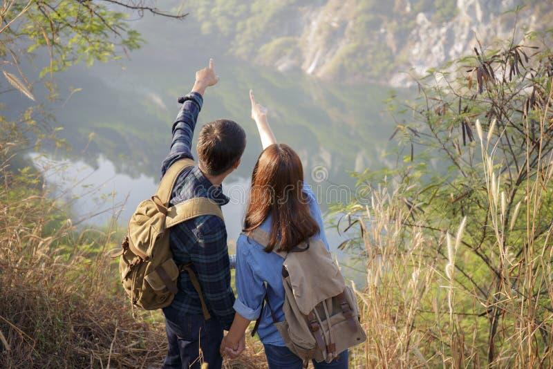Gli amanti stanno godendo della vista scenica, giovani turisti asiatici fotografia stock libera da diritti