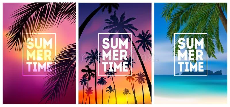 Gli ambiti di provenienza tropicali dell'estate hanno messo con le palme, il cielo ed il tramonto Carta dell'invito dell'aletta d royalty illustrazione gratis
