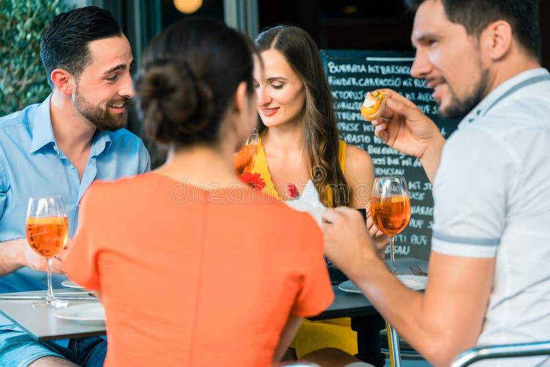Gli amici allegri che tostano con un'estate di rinfresco bevono fotografia stock