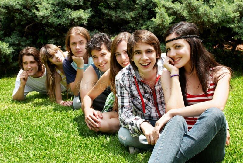 gli amici raggruppano all'aperto sorridere felice immagine stock libera da diritti