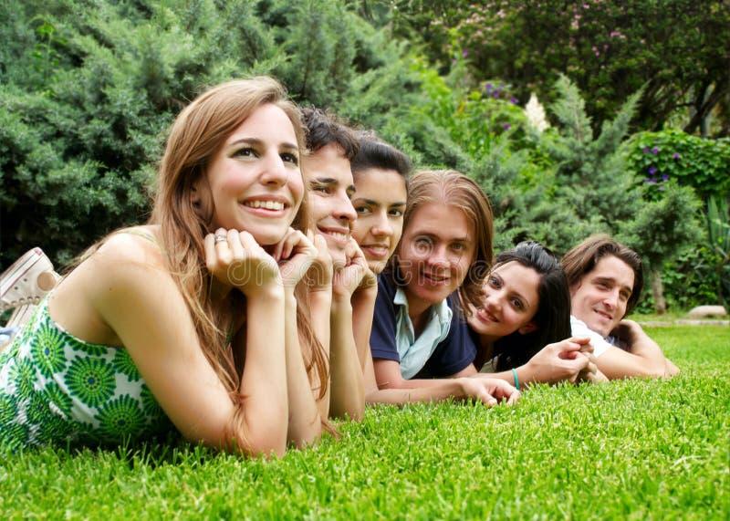 gli amici raggruppano all'aperto sorridere felice immagini stock