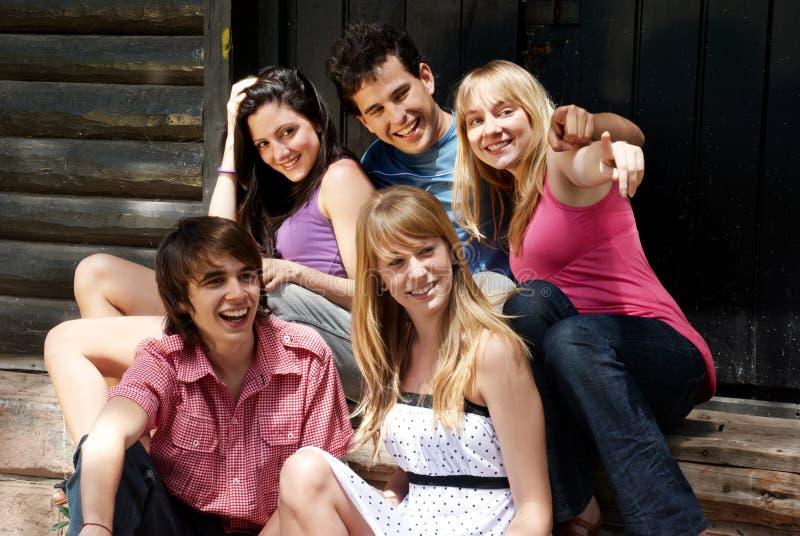gli amici raggruppano sorridere felice immagini stock libere da diritti