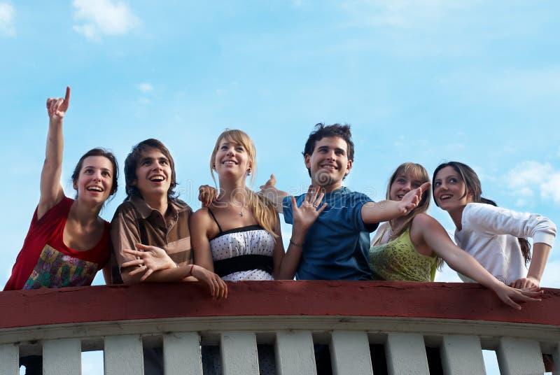 gli amici raggruppano sorridere felice immagini stock