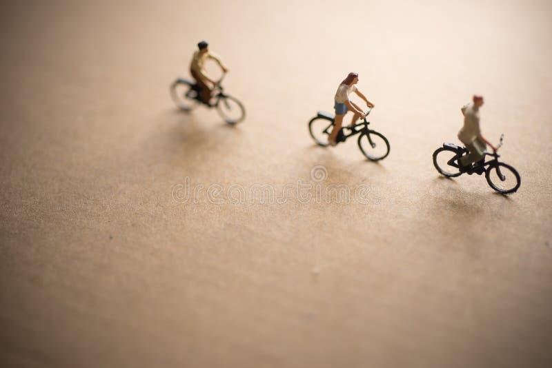 Gli amici sono sul viaggio della bici fotografia stock libera da diritti