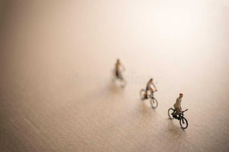 Gli amici sono sul viaggio della bici fotografia stock