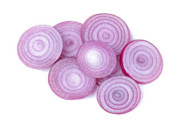 Gli anelli della cipolla rossa affettata su bianco hanno isolato il fondo verdure fotografie stock