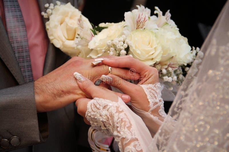 gli anelli scambiati coppie Primo piano nozze immagine stock