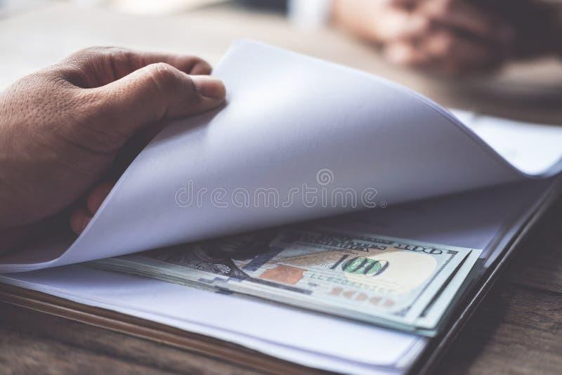 Gli anti concetti della corruzione e di corruzione, soldi hanno offerto in archivio, dante i soldi in archivio mentre facevano l' immagine stock