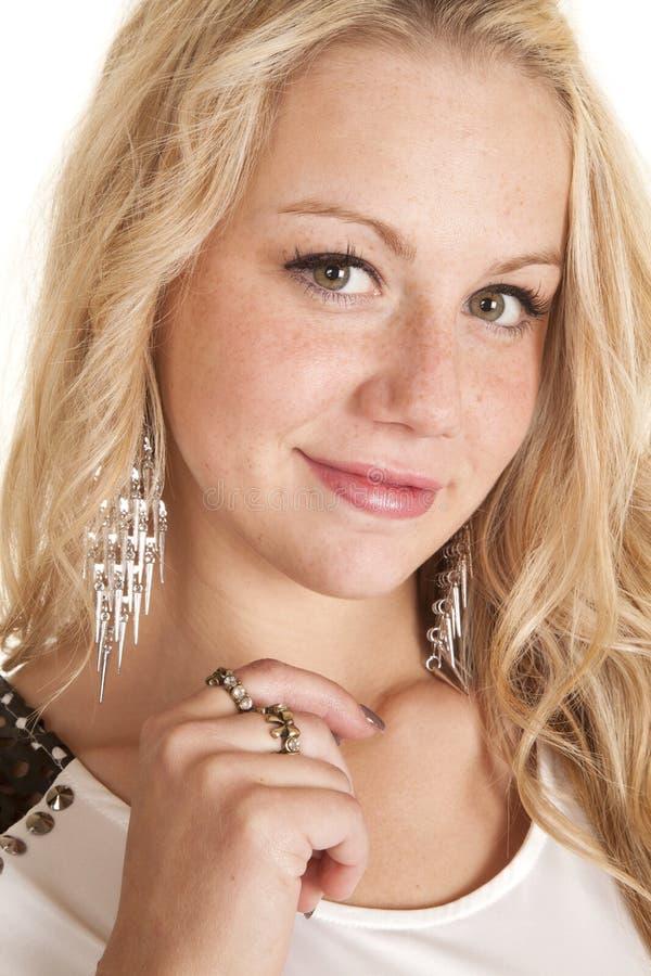 Gli anulari della donna di sorriso ciondolano gli orecchini fotografia stock libera da diritti