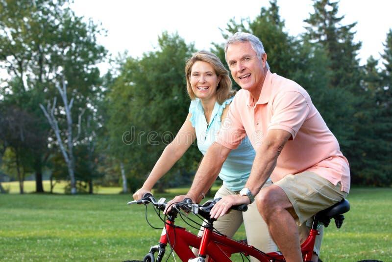 Gli anziani coppia biking fotografia stock libera da diritti