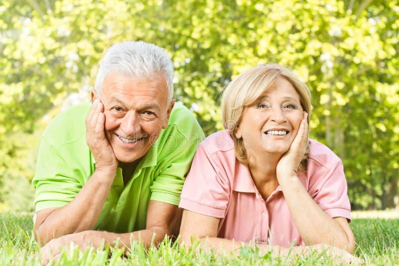 Gli anziani felici si sono distesi fotografia stock libera da diritti