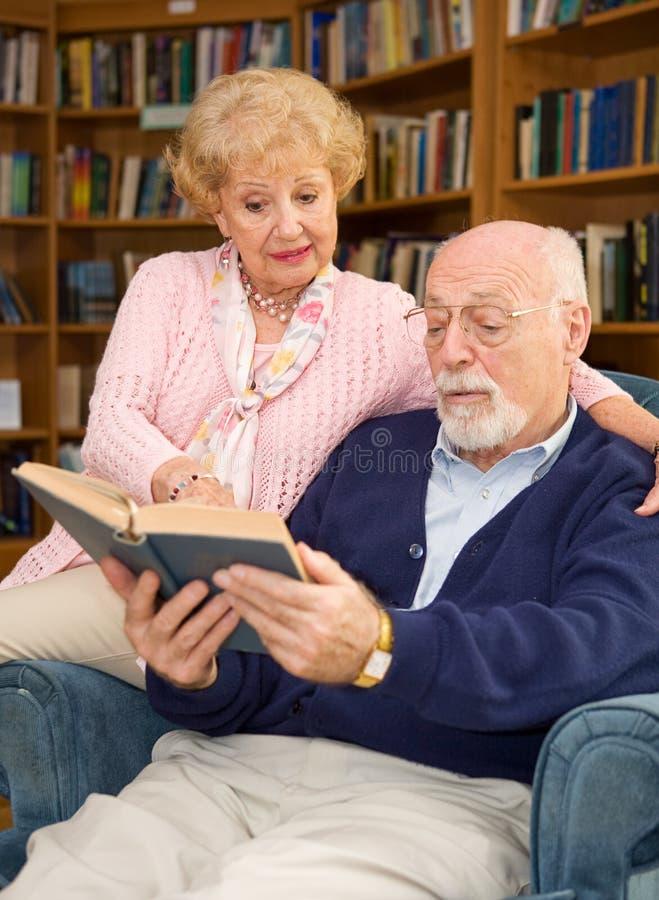 Gli anziani godono di di leggere immagine stock libera da diritti