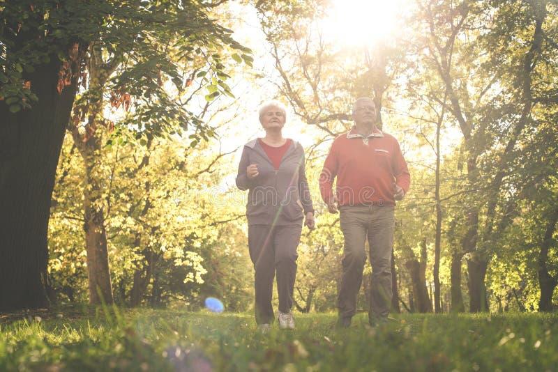 Gli anziani si accoppiano in abbigliamento di sport che pareggia insieme nella parità fotografia stock
