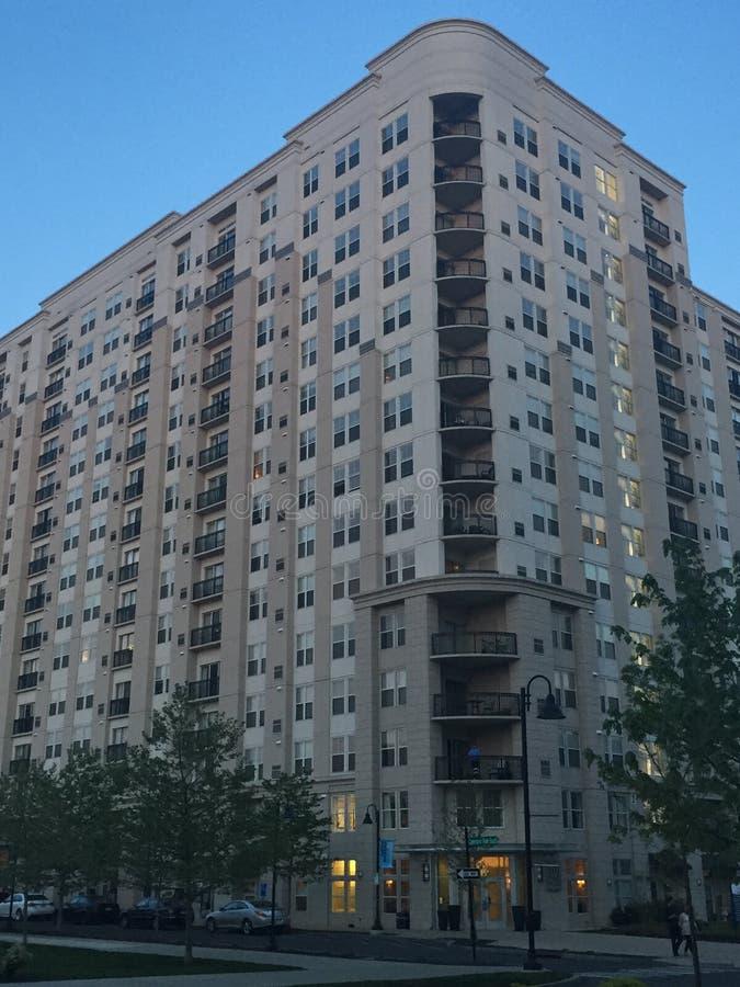 Gli appartamenti e un parco al porto indicano in Stamford, Connecticut immagini stock