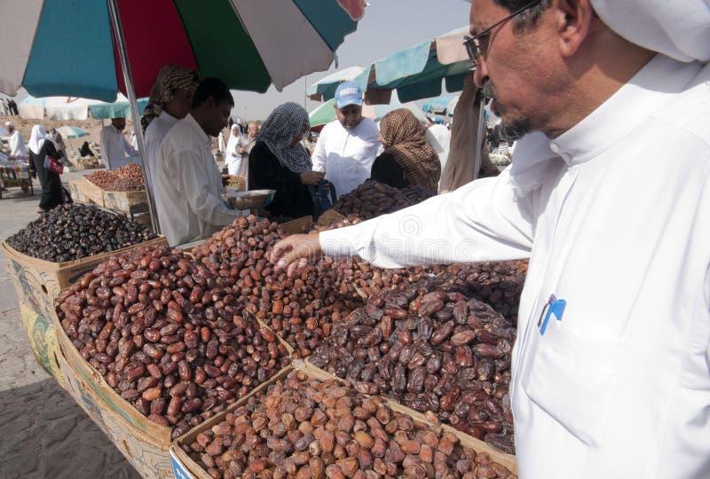 Gli Arabi vendono le date fresche alle date in Medina immagini stock libere da diritti
