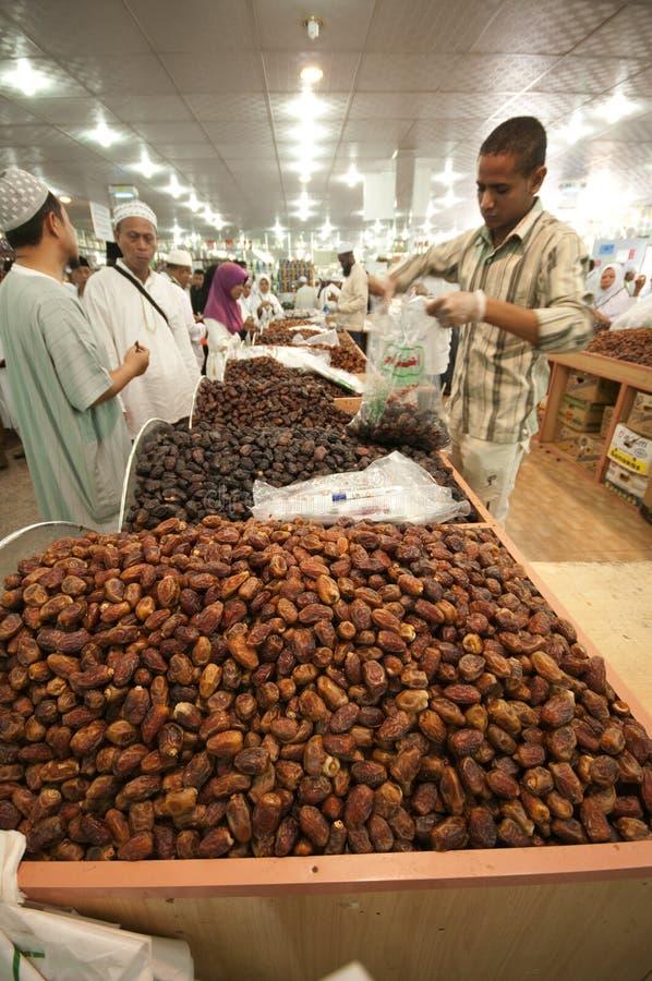 Gli Arabi vendono le date fresche alle date in Medina immagini stock
