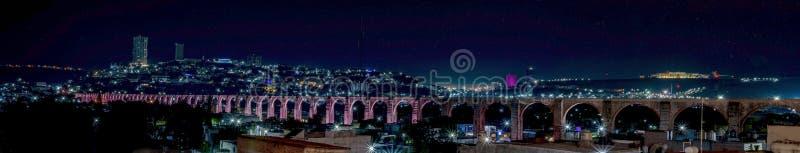 Gli arché, notte illuminata dell'aquedotto in Queretaro fotografie stock