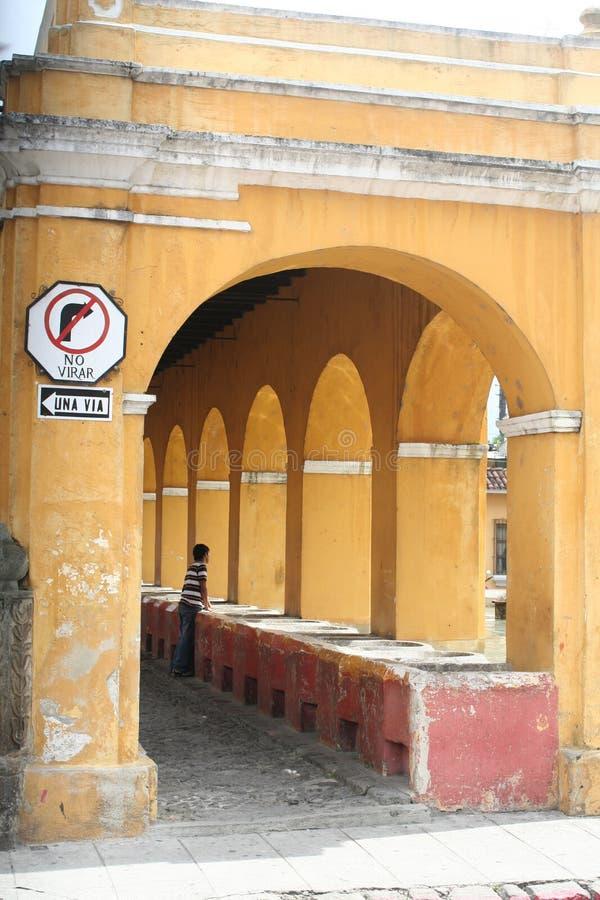 Gli archi gialli incorniciano la lavanderia all'aperto in Antigua Guatemala immagini stock libere da diritti