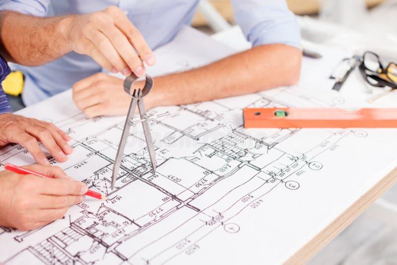 Gli architetti maschii con esperienza stanno lavorando al progetto fotografia stock