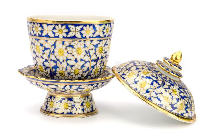 Gli articoli ceramici variopinti handcraft la ciotola isolata su backgroun bianco immagine stock libera da diritti