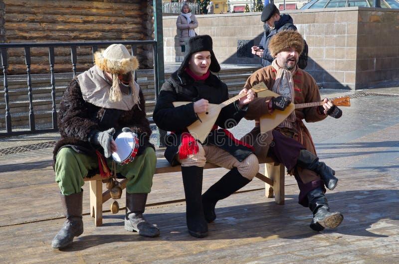 Gli artisti giocano la balalaika sul quadrato di Manezhnaya a Mosca, Russia fotografia stock