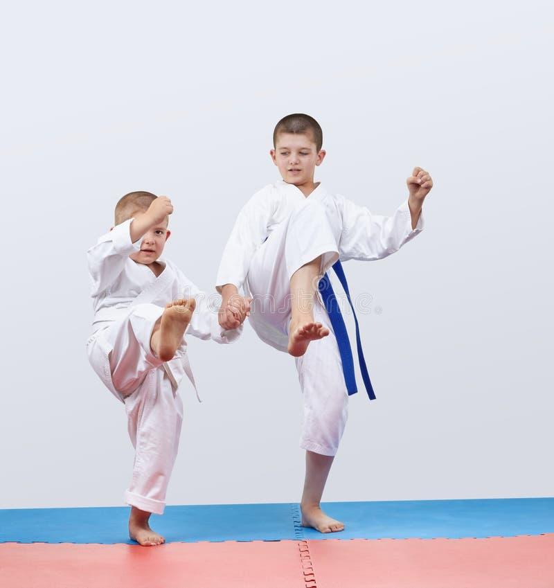 Gli atleti diretti della gamba di scossa stanno sfondando il karategi immagine stock