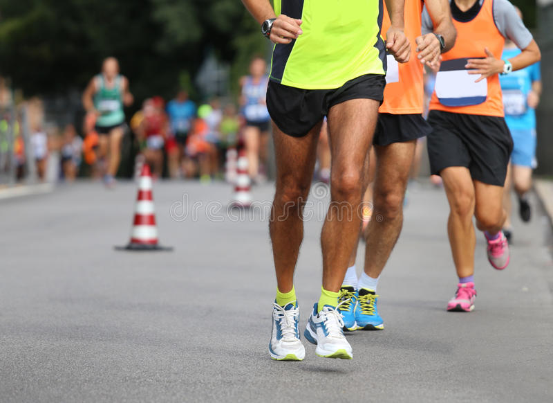 Gli atleti eseguono la maratona sulla strada di città fotografia stock libera da diritti