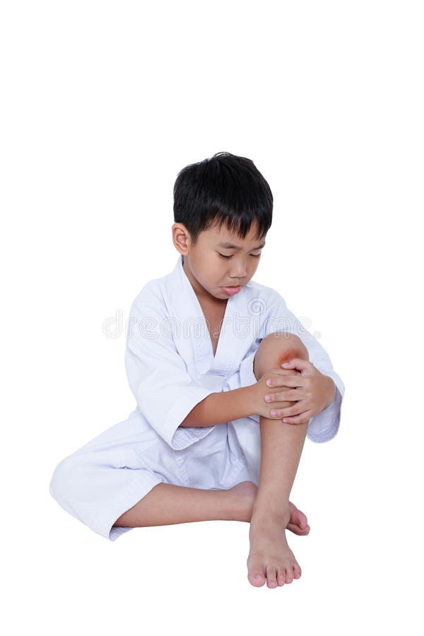 Gli atleti il taekwondo del bambino hanno ferito Ferita sul ginocchio Isolato sul whi fotografie stock libere da diritti