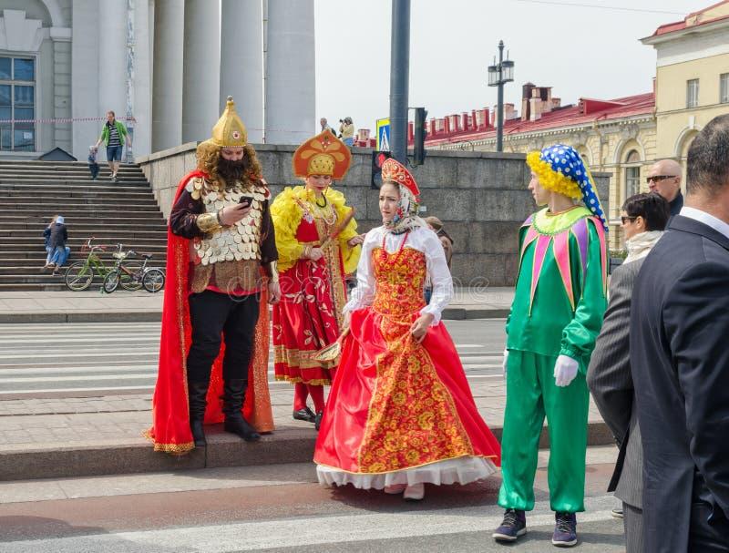 Gli attori vestiti come caratteri russi di favole sul compleanno della città fotografia stock
