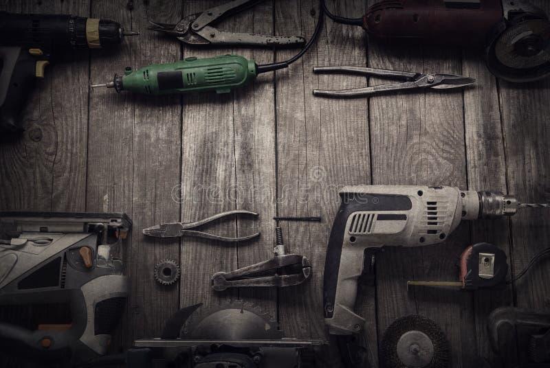 Gli attrezzi per bricolage elettrici (il trapano del cacciavite ha visto il jointer del puzzle) completano la v fotografie stock