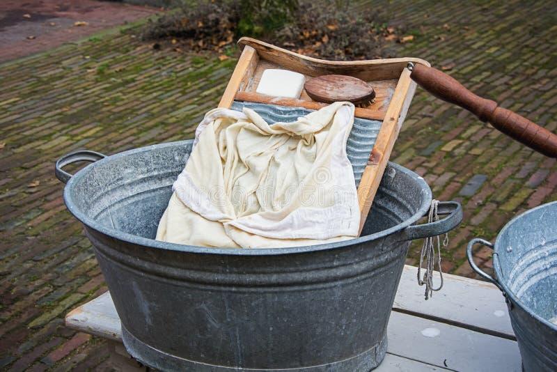 Gli attributi per fare la lavanderia in un modo antiquato fotografie stock
