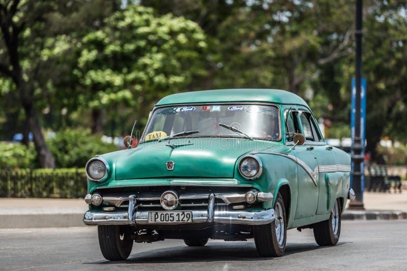 Gli azionamenti classici americani verdi dell'automobile di HDR Cuba sul Malecon passeggiano a Avana fotografie stock