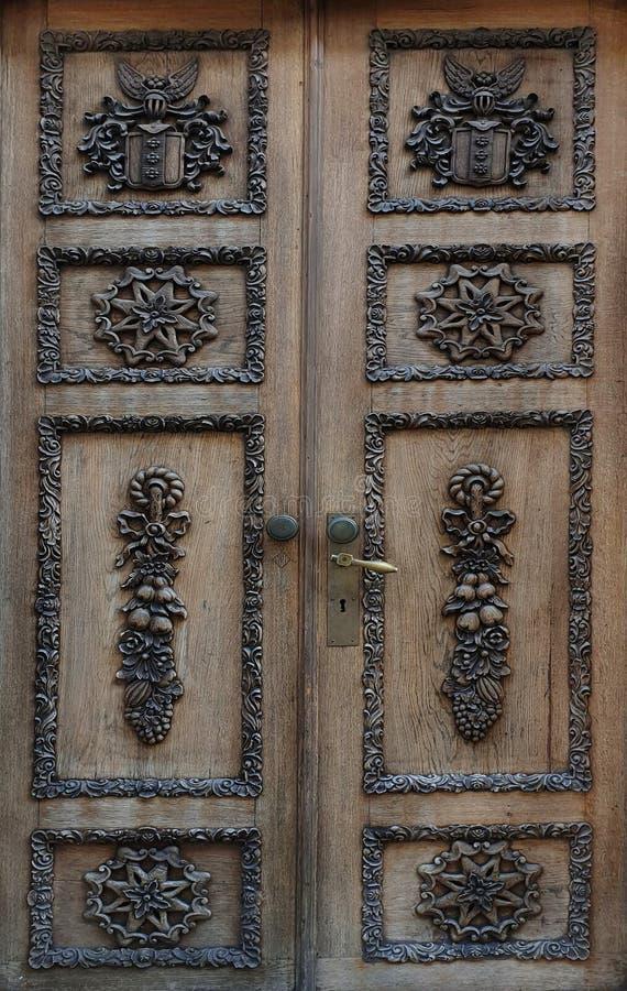 Gli elementi di legno della porta progettano la struttura che del fondo i medio evo medievali alloggiano la porta di legno della  immagine stock libera da diritti