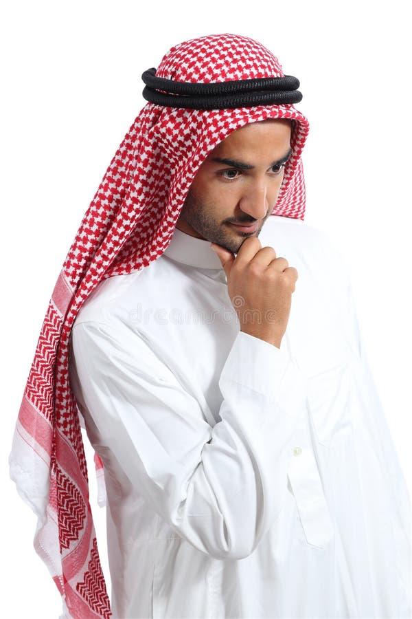 Gli emirati saudita arabi equipaggiano il pensiero e lo sguardo giù immagine stock libera da diritti