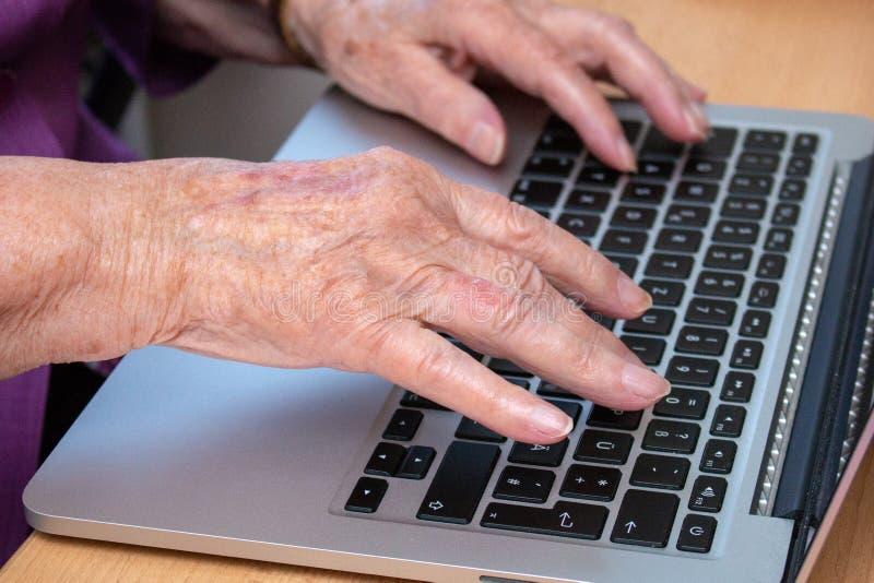 Gli esperti utilizzano una tastiera del computer portatile immagine stock libera da diritti