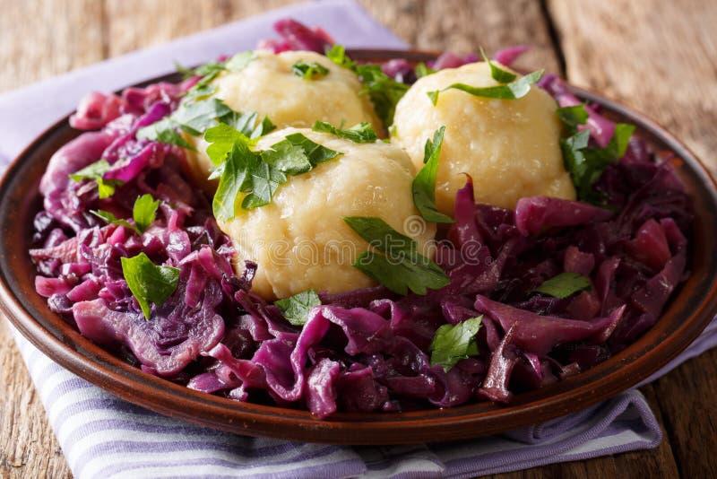 Gli gnocchi di recente cucinati della patata sono servito con cavolo rosso stufato c fotografia stock
