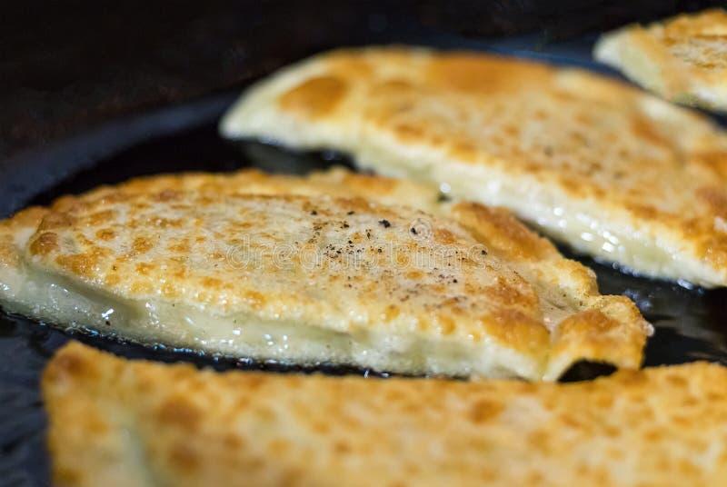 Gli gnocchi hanno fritto il gedza con il manzo della carne suina con l'aperitivo aromatizzato cinese tradizionale delicato dei pi fotografia stock libera da diritti