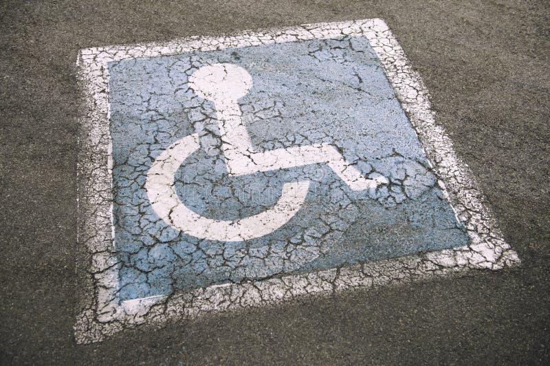 Gli handicappati stagionati firmano dentro il parcheggio immagine stock
