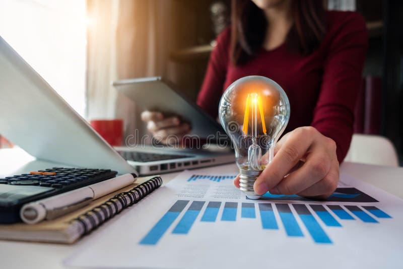 Gli imprenditori delle donne di affari mostrano le strategie aziendali creative con le lampadine come concetto immagine stock libera da diritti