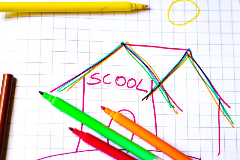 Gli indicatori colorati con fondo bianco, i ritorni della scuola e loro anche aspettano per colorare tutta la progettazione per c immagine stock