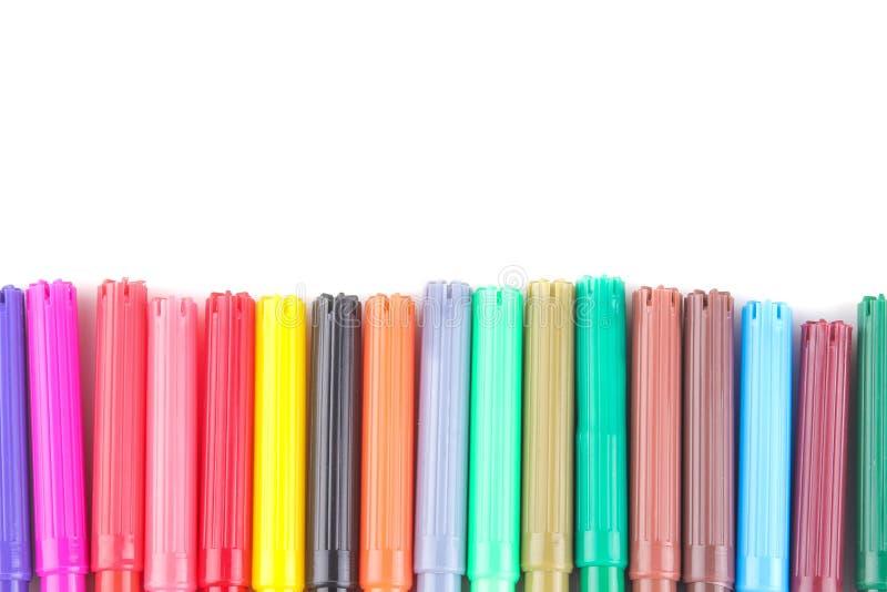 gli indicatori dei colori differenti hanno piegato in una fila su un fondo isolato bianco immagini stock libere da diritti