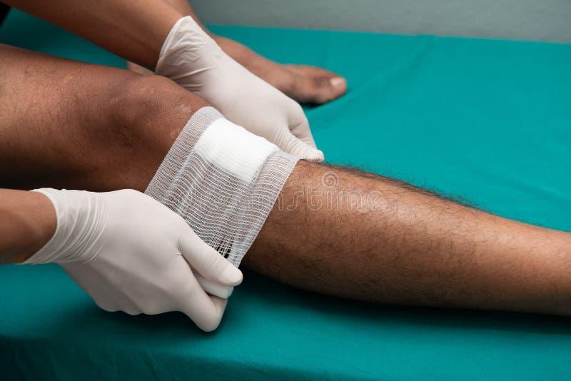 Gli infermieri fanno le ulcere della gamba fotografia stock