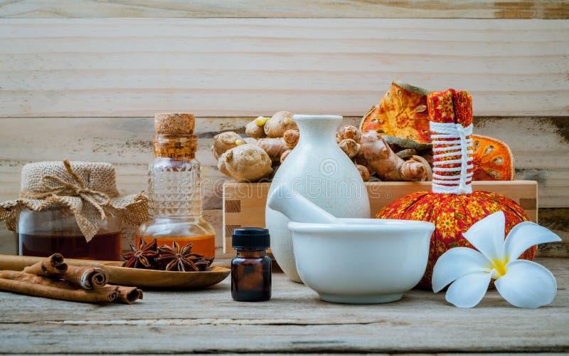 Gli ingredienti della stazione termale e la bottiglia naturali dell'estratto di erbe lubrificano per alt fotografia stock