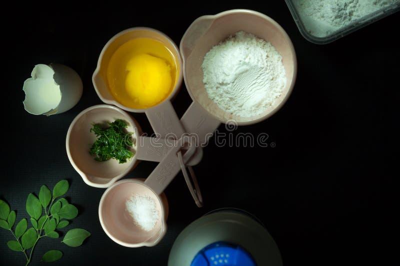 Gli ingredienti di cottura per Moringa hanno salato il pane fotografie stock libere da diritti