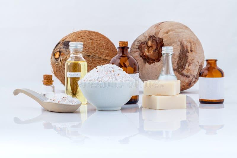 Gli ingredienti naturali della stazione termale degli oli essenziali della noce di cocco per sfregano fotografie stock