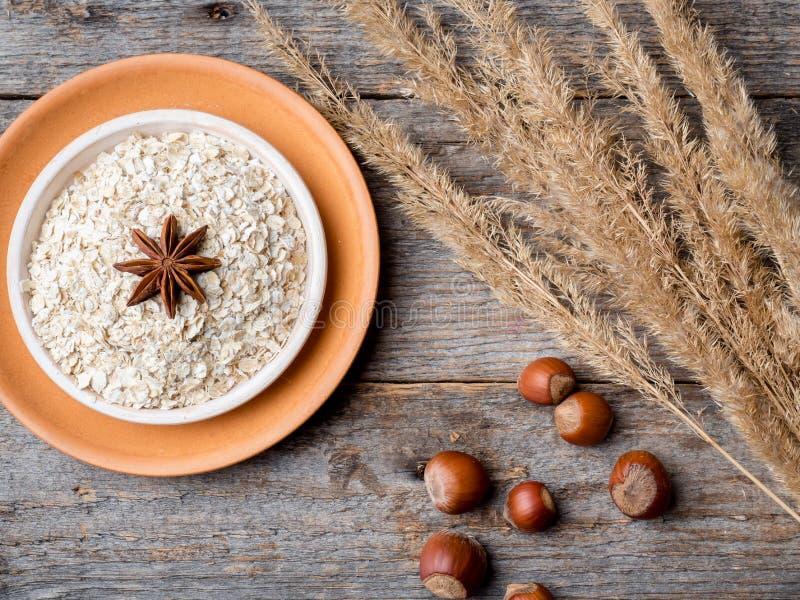 Gli ingredienti per le uova della farina d'avena della prima colazione impanano il fondo di legno rustico di Apple fotografie stock