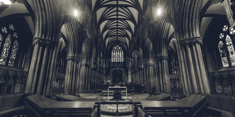 Gli interni della cattedrale di Lichfield - Nave BW - osservano l'altar maggiore fotografie stock