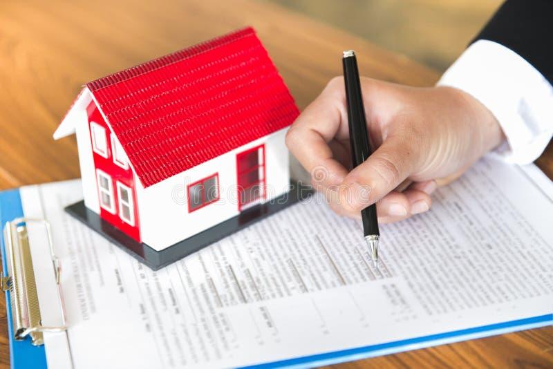 Gli investitori hanno firmato un contratto, comprante e vendente il bene immobile Investimento della propriet? e concetto finanzi fotografie stock